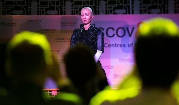 Konferenci oinovacích zahájila robotka Sophia (uvnitř video)