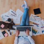 Češi pracují více a jsou pod větším tlakem, zaměstnavatelé tomu věnují menší pozornost